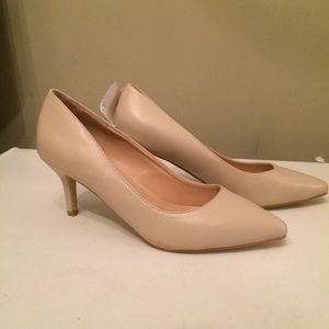 Journee Collection ivory pumps size 8.5